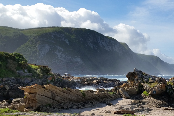 Magnificent Garden route - rocky beach and mountains